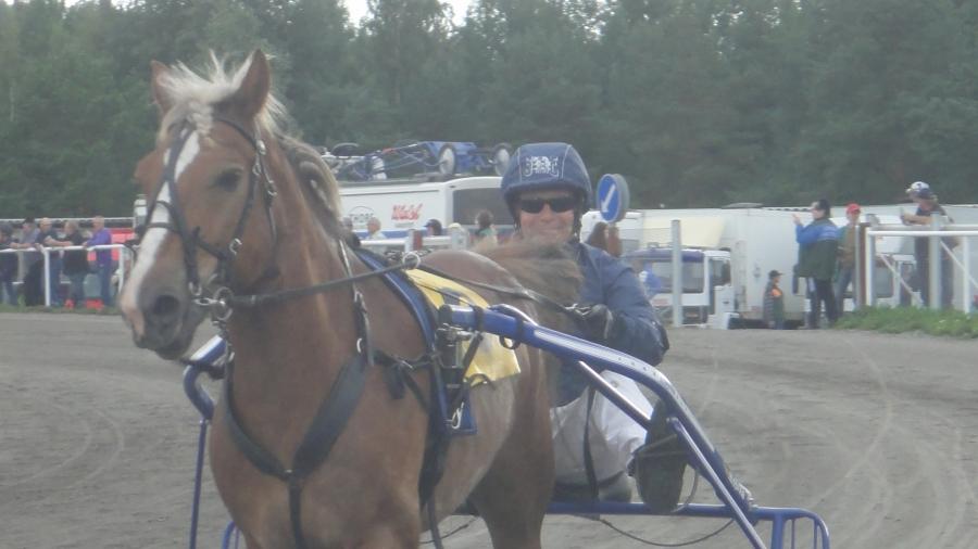 Riihimäen Ravikesän päätös ravattiin tänään... Siron Veijarille ja ratsastuksen opettajani Jari Nylundille tänään kelpojuoksu. Sen sijaan Eskolinilla jälleen vaikeaa. Toto-rahani näin ollen lyhentämättömänä hevosurheilulle.