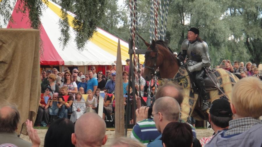 ... Ja sitten mahtavat turnajaiset Hämeenlinnan Linnanpuistossa. Keskiaikamarkkinoilla oli väkeä tungokseksi asti ja kyllä oli nähtävää ja ihmeteltävää. Menkää ihmeessä vielä tänään tai sitten huomenna. Koko perheen juhlaa ja nähtävää parhaimmillaan.