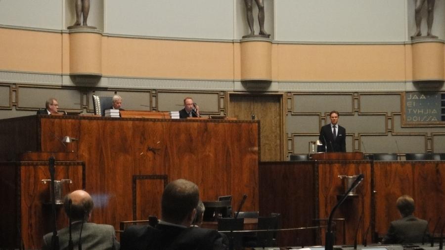 Eduskunta alkaa hiljetä jo tältä päivältä. Vielä pääministeri Jyrki Kataiselta muutama sananen ja kohta pääsemme kotiin. Viisi tuntia tässä jo vain odoteltiinkin, mitä tapahtuu.