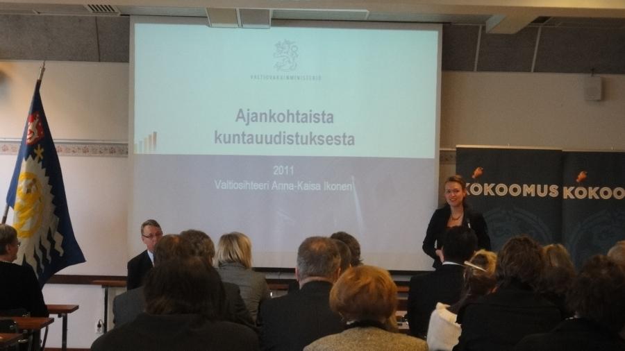 Valtiosihteeri Anna-Kaisa Ikonen kertomassa kuntauudistuksesta.