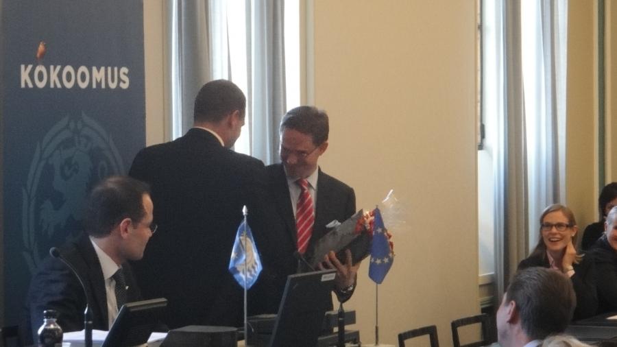 Tänään eduskuntaryhmämme onnitteli 40-vuotiasta pääministeriämme ja ryhmämme jäsentä Jyrki Kataista. Muistamissääntöä uusittiin kun tavallisesti muistamiset alkaneet vasta 50v-päivistä. No ehkäpä syystäkin jos katsoo vaikkapa Jyrkin uraa jo nyt tässä elämänvaiheessa. On onnittelunsa ja kiitoksensa ansainnut.