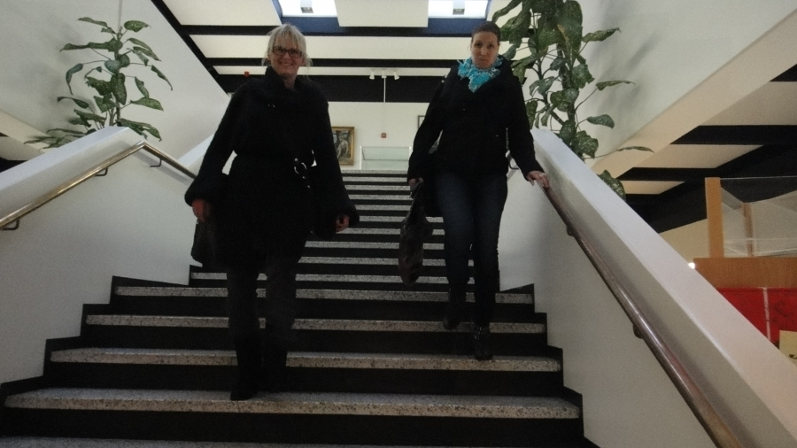 Kunnanhallituksen varapuheenjohtaja Saija Grönholm ja hallituksen jäsen ja Lopen Kokoomuksen valtuustoryhmän puheenjohtaja Eeva Pyhälammi poistumassa kunnantalolta kuusituntisen kokouksen jälkeen.