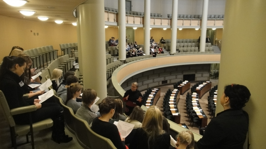 http://www.timoheinonen.fi: Kaurialan lukiolaisia vieraanamme eduskunnassa tänään 1.11.2011. Aivan mahtavan aktiinen ja kiinnostunut porukka. Pari tuntia meni hetkessä.