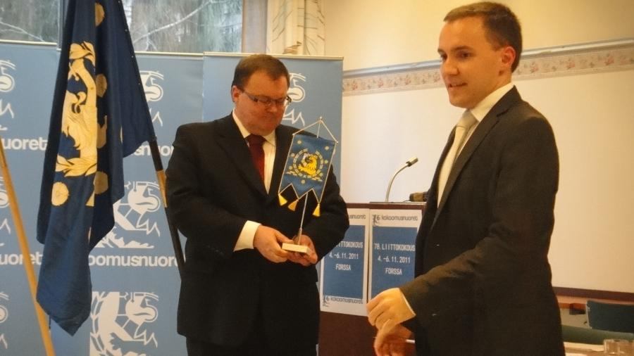 Kokoomusnuorten väistyvä puheenjohtaja Wille Rydman ojensi kokoomusnuorten viirin Forssan kaupunginjohtaja Tapio Venholle.
