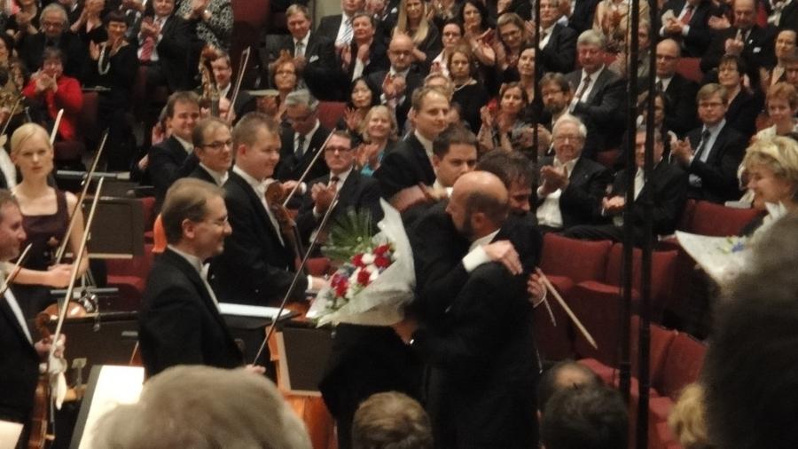 Ilkka Boretherus kiittää Olli Mustosta ja orkesteria kantaesityksen jälkeen. Huikea oli tunnelma juhlasalissa.