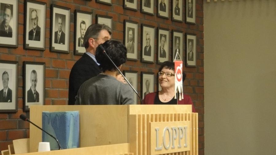 Ja kokouksen alussa valtuusto muisti pitkäaikaista valtuutettuamme Raili Vuorista syntymäpäivän johdosta. Valtuuston puolesta onnittelemassa erinomainen puheenjohtajamme Seppo Kuparinen ja samanlainen kunnanjohtajamme Karoliina Viitanen.