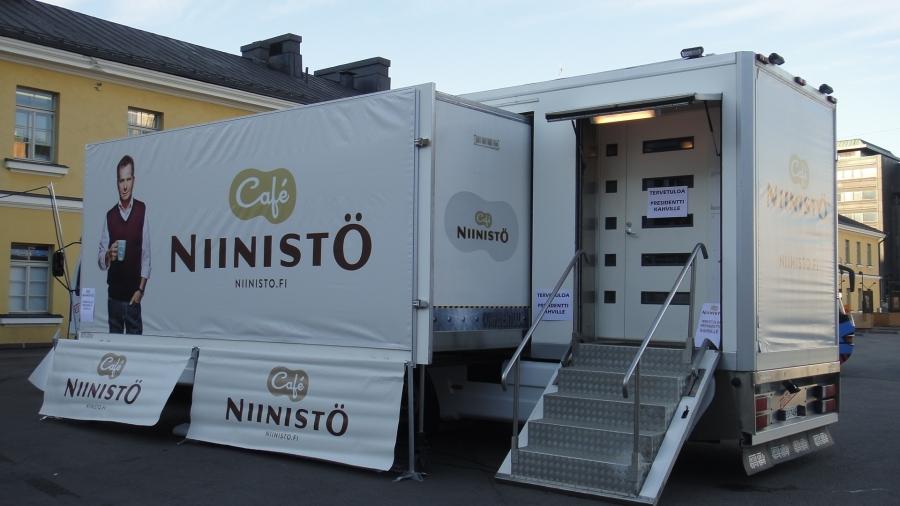 Tänään tämäkin starttari eli Niinistö Cafe-rekka. Tässä vielä avajaisia odottelemassa ja alla sitten aika kuhinassa niin kuin Pohjois-Espan Niinistö Cafekin heti avajaisten jälkeen. Huikea suosio.