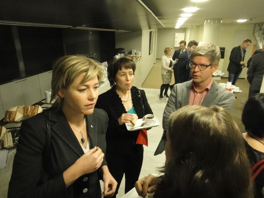 Kuntaministerimme Henna Virkkunen aamukahvilla yhdessä avustajansa Elina Laavin ja kansanedustajakollegoiden Raija Vahasalon ja Sampsa Katajan kanssa.