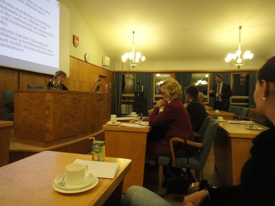 Riihimäen kaupunginjohtaja Seppo Keskiruokanen puhuu ja etualalla meidän kunnanhallituksen jäsen Eeva Pyhälammi kuuntelee.