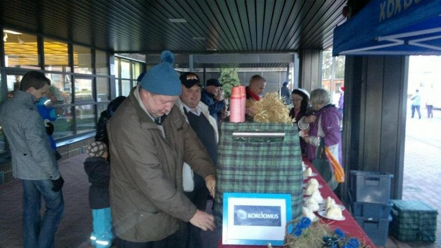Päivä siis tänään Hollolan Joulunavauksessa. Kokoomuksen teltalla jakoon 300 joulutorttua ja lämmintä jouluglögiä. Kiitokset Hollolan kokoomuslaisille ja kuvista tulevalle puheenjohtajalle Janne Salmiselle.