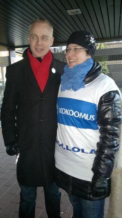Hollolan uusia kokoomustekijöitä Kristiina Hämäläinen ahkeroi tänään kanssasi glögipannun kanssa.