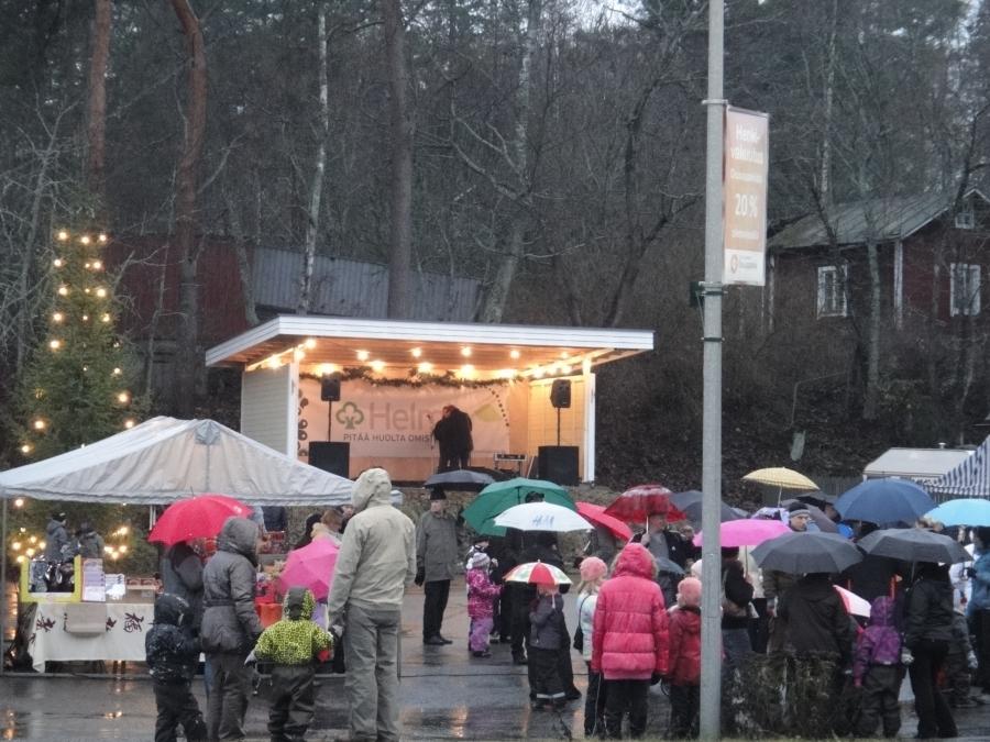 Padasjoen Joulunavaus meni tänä vuonna sateevarjojen kanssa. Mutta Kokoomuksen teltalla kuuma glögi tekikin sitä paremmin kauppansa.
