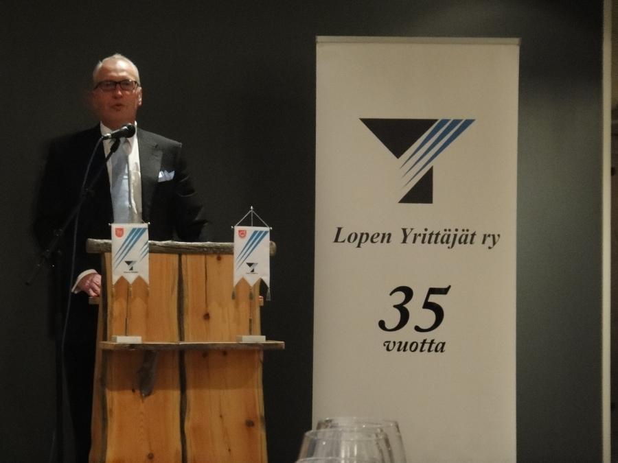 Lopen Yrittäjien juhlassa juhlimme eilen yhdityksemme 35-vuotista taivalta. Tässä juhlapuhetta pitämässä Joutsen Finlandin toimitusjohtaja, yrittäjä Eero Kotkasaari.