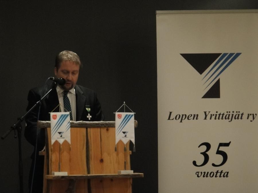 Ja Lopen Yrittäjien puheenjohtaja, Jarmo Laukkanen puhumassa.