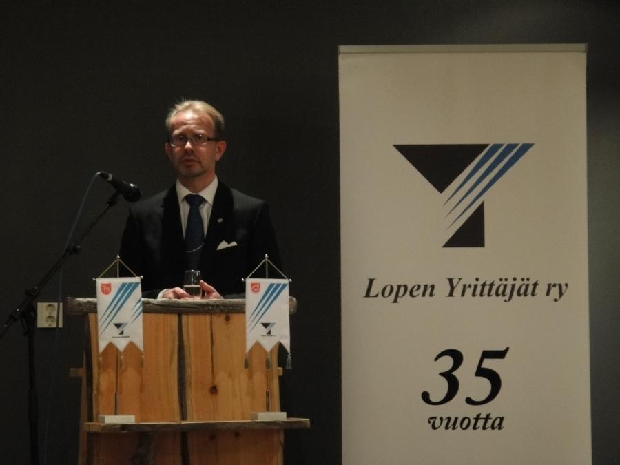 Lopen Osuuspankin toimitusjohtaja Keijo Bragge onnitteli Vuoden Yrittäjiä Elisa ja Veikko Kaartista ja muita illan palkittuja.