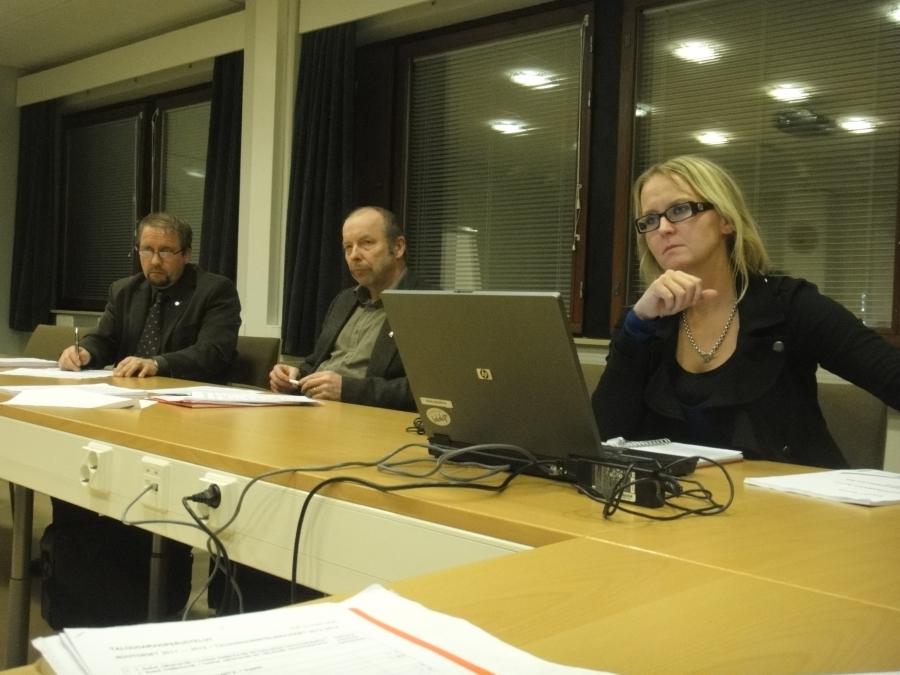 Ja tässä vielä pari kuvaa valtuustoryhmän kokouksesta. Hyvä ja yksimielinen on sakkimme. Olen enemmän kuin tyytyväinen. Oikealta Saija Grönholm ja sitten Kari Maunula ja Jarmo Laukkanen.