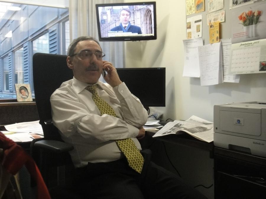 Naapurini Ben Zyskowicz työn touhussa ennen täysistunnon alkua.