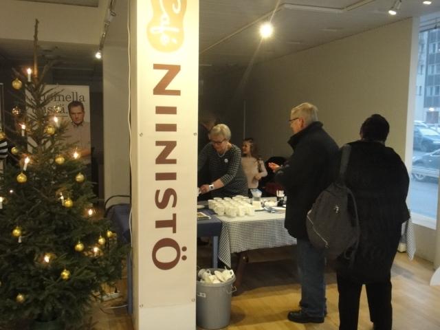 Tänään avasimme Riihimäelle Niinistö Cafen. Sama paikka missä viime keväänä minun Timo´s Coffee saa nyt palvella Niinistö Cafena ja heti avajaispäivänä kivasti väkeä liikkeellä. Kiitokset tekijöille ja kiitokset poikkeajille.