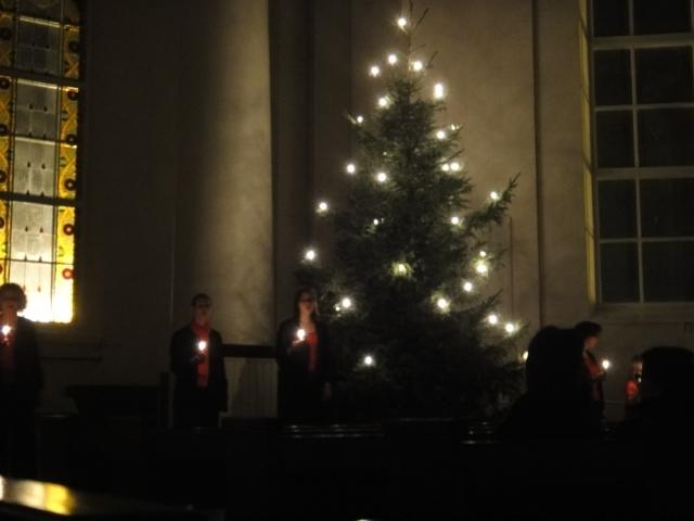 Ja perinteen mukaan kynttilät valaisivat viimeisen yhteislaulun aikana kirkkoa ja se oli Maa on niin kaunis.