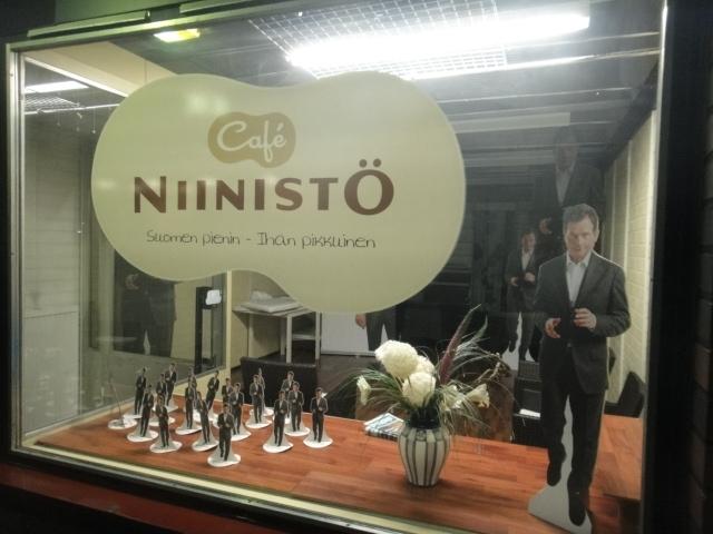 Ja tässä sitä tehdään Suomen pienintä - ihan pikkuista - Niinistö Cafeta. Avajaiset keskiviikkona 21.12. klo 17 Lopella. Tervetuloa mukaan!