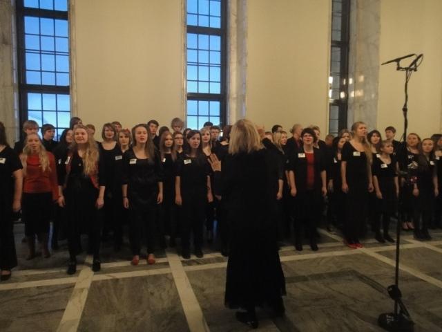 Tänään aamupalapalverin jälkeen Puhemiehen joulukahvilla esiintyi yli 20-vuotisen perinteen mukaan Sibeliuslukion kamarikuoro. Hieno ja tunnelmallinen tilaisuus jälleen kerran.