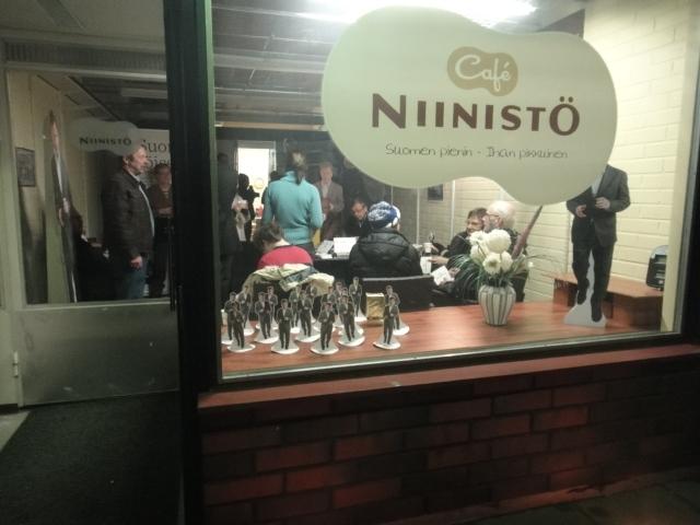 Nyt se on avattu. Suomen pienin - ihan pikkuinen Niinistö Cafe Lopelle ja suosio oli taattu. Lähes puolitoista sataa vierasta kävi avajaisissa ja tunnelma oli sen mukainen. Kiitos ja kumarrus. Olen sanaton.