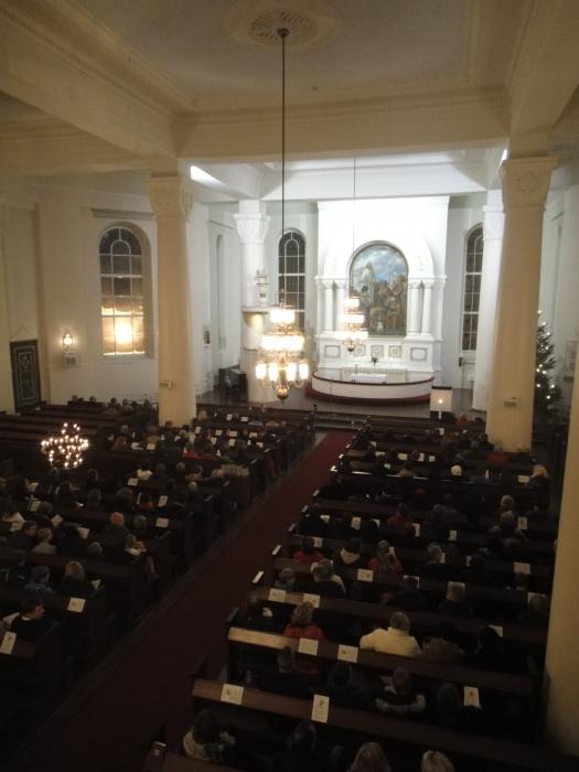 Lopen kirkko oli lähes täynnä illansuun messussa. Tavan mukaan.
