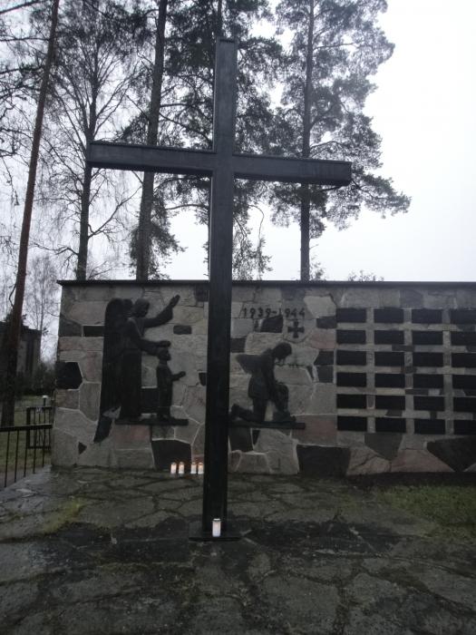 Omaan perinteeseen kuuluu myös kynttilän vieminen tänne Lopen Sankarihautausmaalle ja...