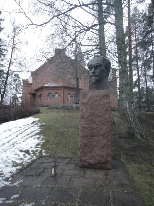sekä Senaattori Yrjö Sakari Yrjö-Koskisen muistomerkille Lopen kirkonmäelle.
