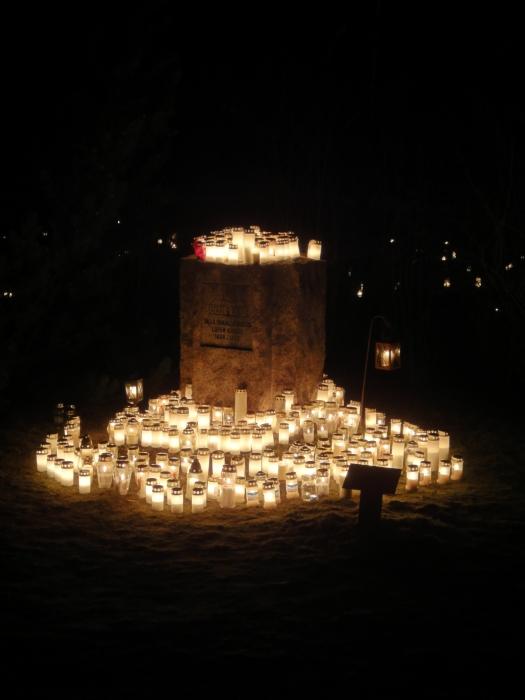 Ja täällä paloi satoja kynttilöitä muualle haudattujen muistoksi.