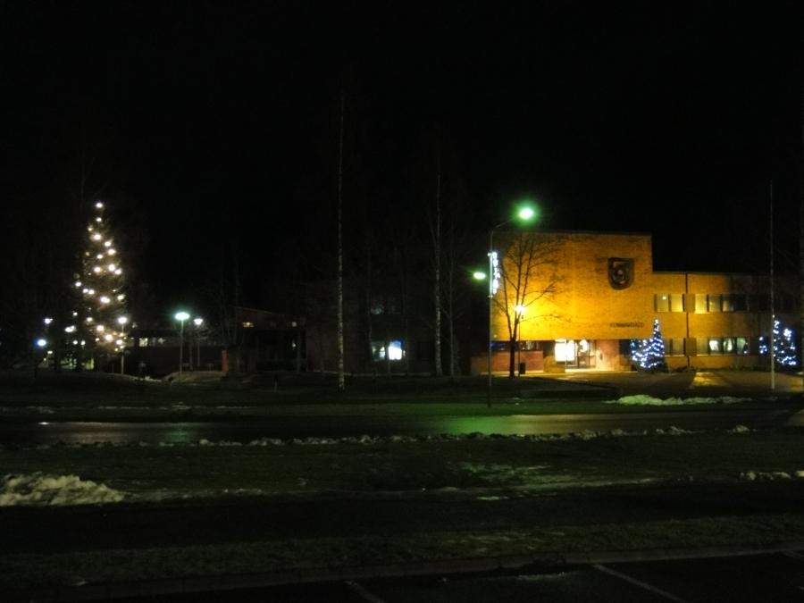 Ja tässä vielä tältä päivältä Lopen virallinen kuusi ja Olavinlinna eli Lopen kunnantalo.