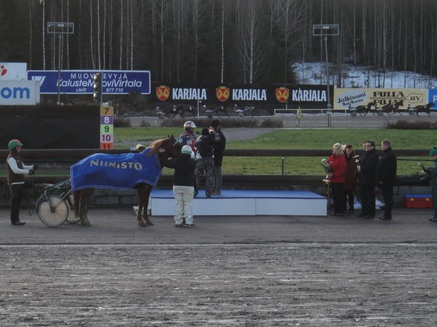 Niinistö lähtö Jokimaan V75 raveissa Tapaninpäivänä 27.12.2011. Mukana myös Lopen Vaahteramäen Hurja-Ero alias Eero, mutta voittoon kuitenkin hienolla juoksulla I.P. Ohjus ja Heikki Hietanen ennen A.T. Vekkulia ja Stellanooraa.