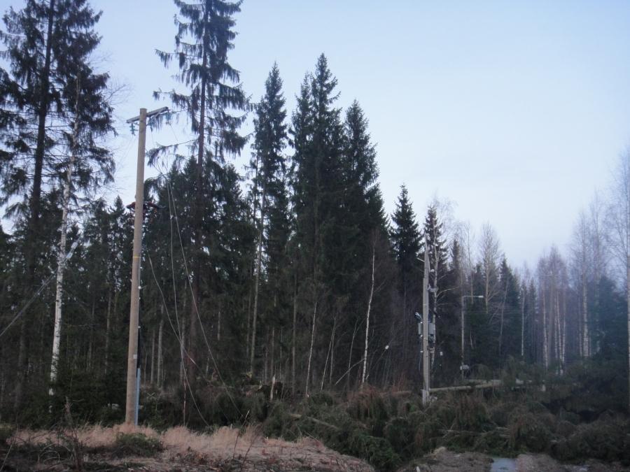Tässä Lopen kirkonkylän Mikonkaaren ja Perintömäen pitkittyneen sähkökatkon