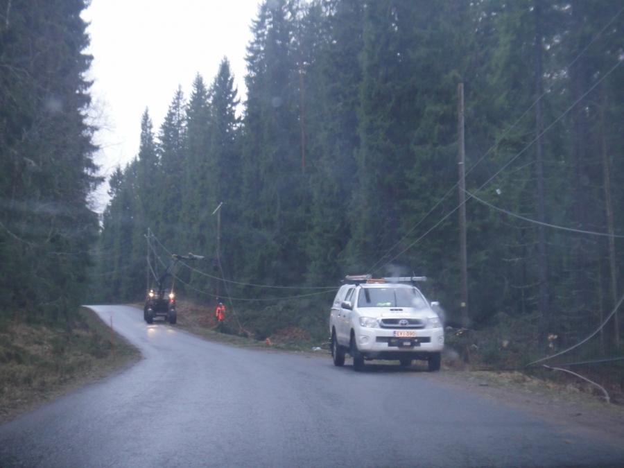 Pilpalantien varrella miehet töissä. Kohta pitäisi sähköjen palata myös tien varteen ja sitten Hevosojalle ja myös Pappilaan.