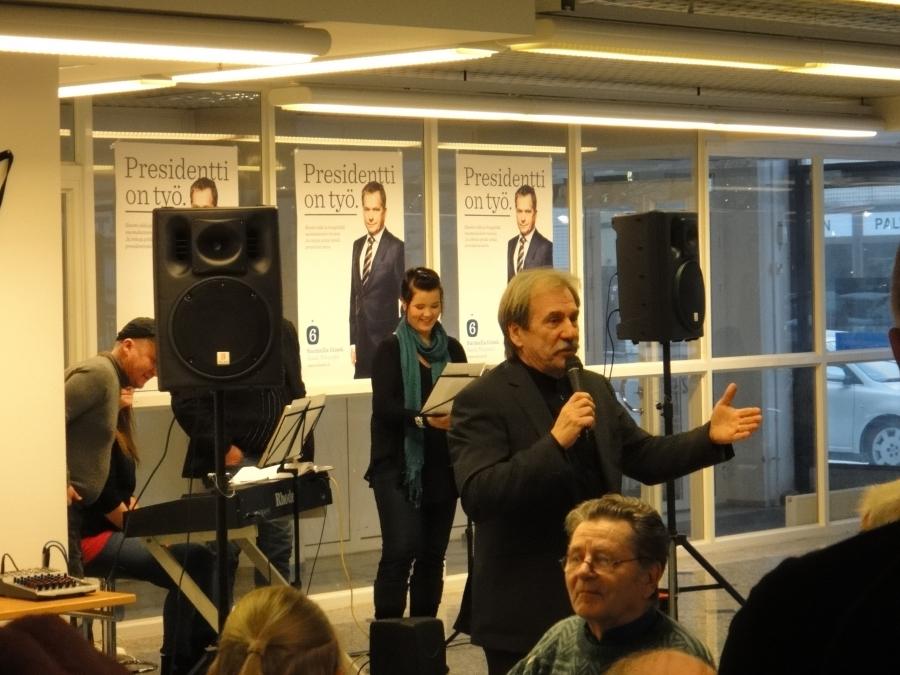 Ja illansuun juontaja Erkki Liikanen, joka myös tukee siis presidentiksi Sauli Niinistöä.