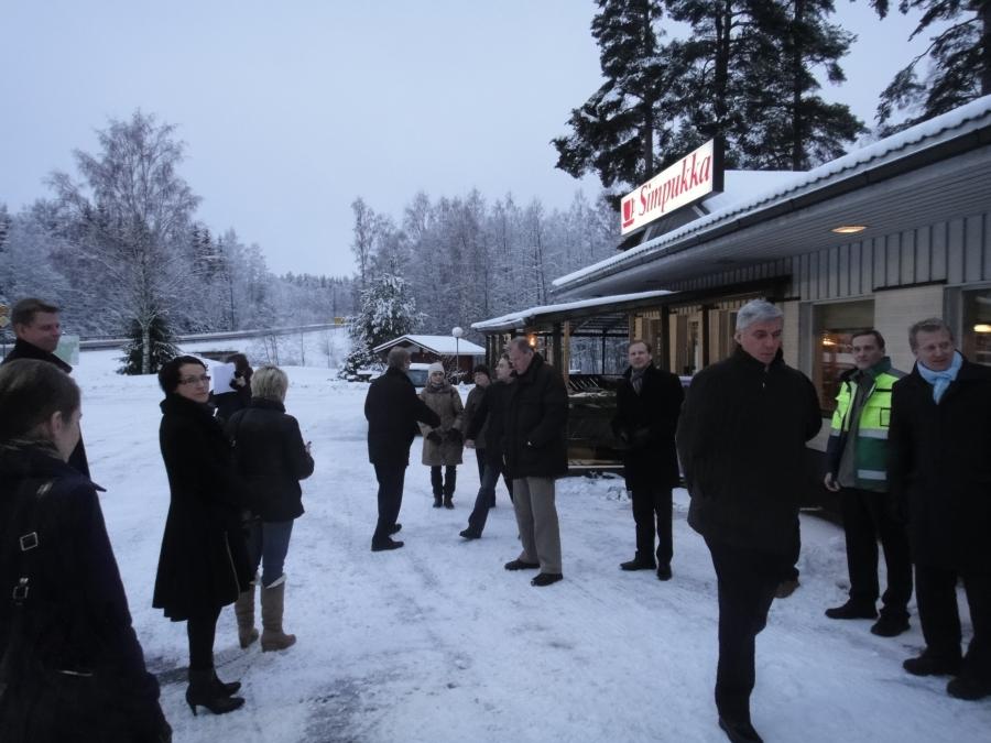 Päivän metsätöiden jälkeen iltapäivä ja ilta meni elinkeinoministeri Jyri Häkämiehen kanssa Lopella tutustuen myrskytuhoihin ja hienossa yleisö- ja keskustelutilaisuudessa Lopen kunnantalolla. Valtuustosali tupaten täynnä ja tiukkaa ja rakentaa keskustelua yleisön, ministerin, sähköyhtiöiden ja myös palo- ja pelastustoimen kanssa.