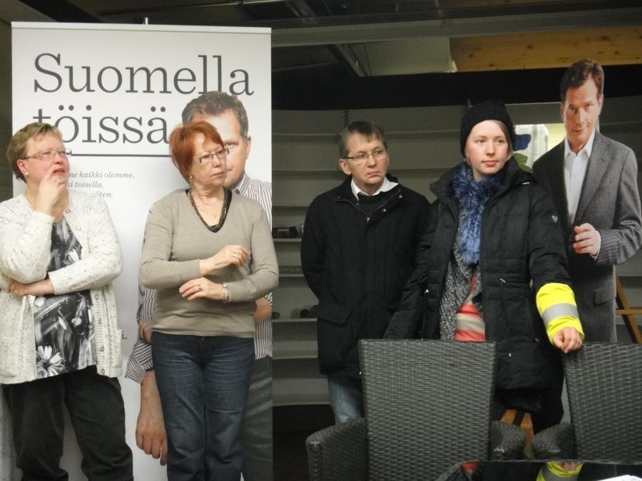 Hieman pitkäksi eli jatkoajalle venyneen keskustelutilaisuuden jälkeen suuntasimme Jyri Häkämiehen kanssa vielä Lopen Niinistö Cafeeseen. Osa väestä oli jo luovuttanut kun vartin myöhässä tulimme, mutta siitä huolimatta Suomen pienin Niinistö Cafe oli jälleen täynnä.