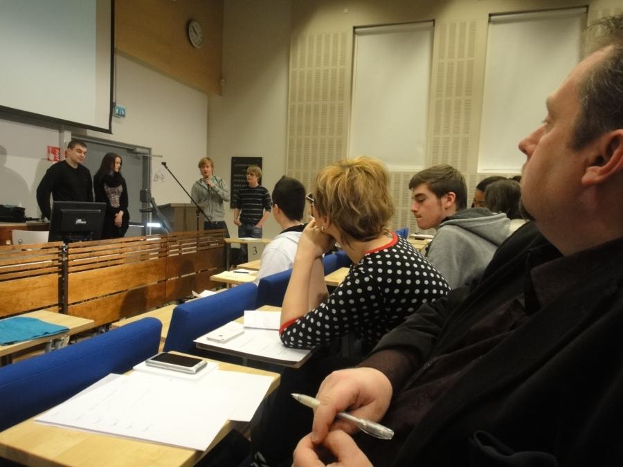 Tästä se päivä alkoi... Riihimäen lukion 15 väittelykilpailu käyntiin ja tuomaristossa kanssani Aino-Kaisa Pekonen ja Jussi Lähde.