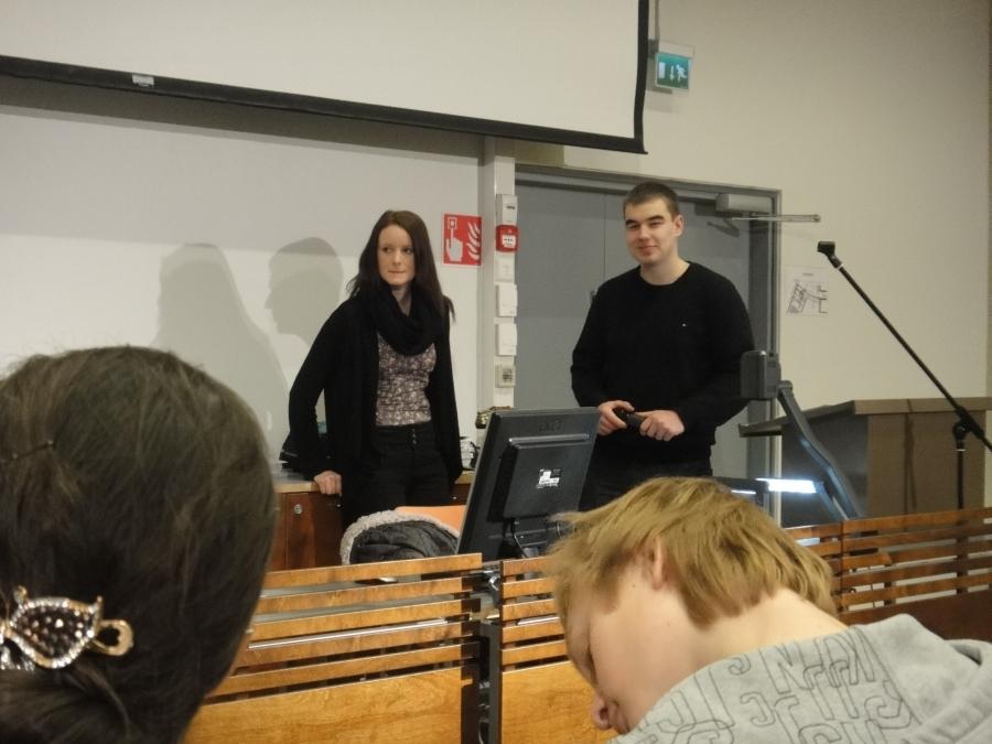 Ja tässä kisan juontajat, viime vuoden väittelykisan voittajat, Sonja Vanhala ja Olli Heino.
