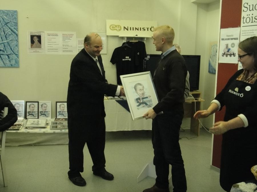 Heinolan Kokoomus-isä Timo Erkkilä antoi myös minulle vierailun aikana Sauli Niinistön upean karikatyyrin. Kiitos vielä paljon.