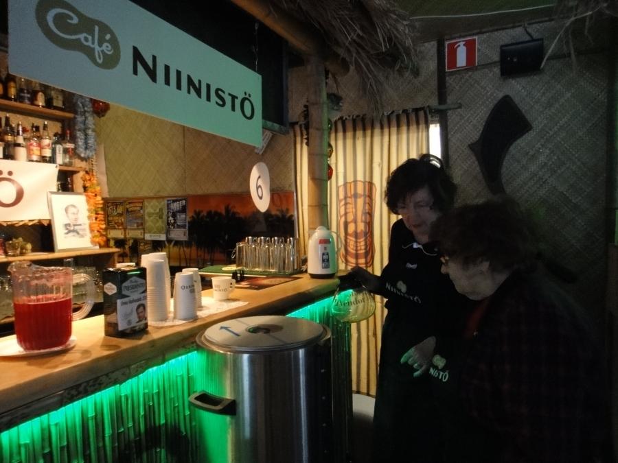 Ja kiertuepäivä jälleen takana. Aamusta Riihimäeltä matka jatkui tänne eli tunnelmia Lahden Niinistö Cafesta. Lahden Cafe on yksi maamme suosituimpia ja nytkin kolmessa tunnissa kuulemma kolmisensataa kuppia kahvia jakoon. Hienoa Lahti ja lahtelaiset. Iso kiitos teille.