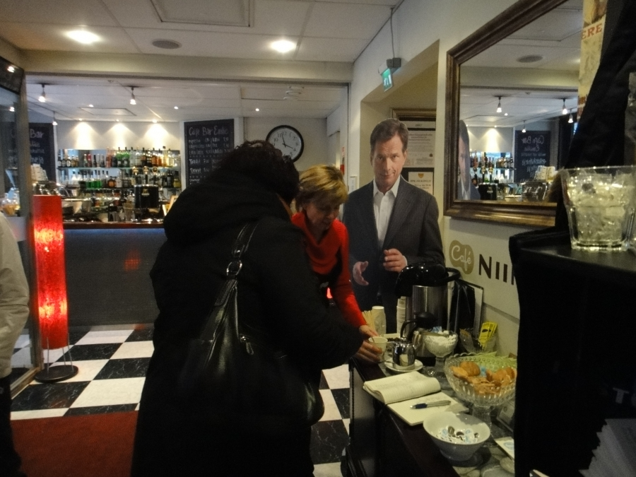 Sitten Hämeenlinnaan ja Reskan Niinistö Cafessa seuraava puolitoistatuntia Lahden parituntisen jälkeen... Ja väkeä kivasti liikkeellä sielläkin.