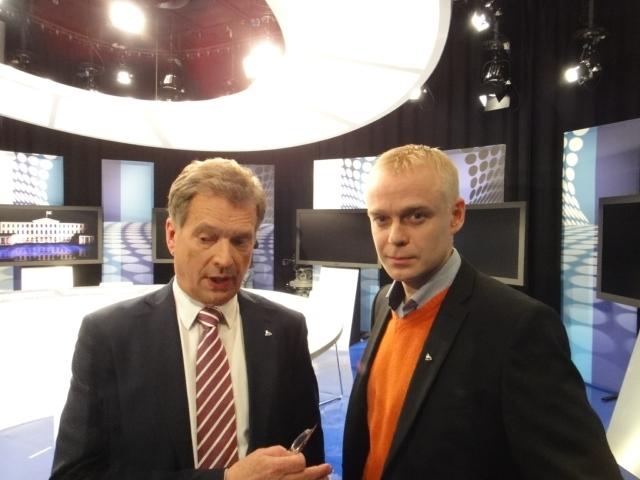 Kampanjapäivä huipentui sitten Ilmalassa MTV3:n Uutisstudiolla vaalien viimeiseen suureen vaalitenttiin. Oli kunnia saada Saulilta kutsu mukaan pieneen tiimiimme mukaan suoraan lähetykseen ja taustatueksi.