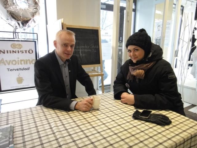 Tänään päivään mahtui monenlaista. Tässä kahvittelemassa Niinistö Cafe Espassa.