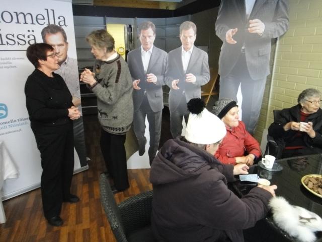 Aamun tunnelmia Lopen Niinistö Cafelta. Kahvilavuorossa tänään aamulla Riitta Nylund ja koko aamun väkeä tasaisesti kahvilla.