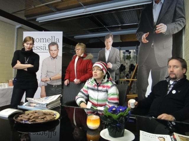 Tunnelmia vaaliviikonlopun lauantailta... Päivä starttasi monen muun tapaan Suomen pienimmästä Niinistö Cafesta Lopelta. Emäntänä tänään Tiina Seppälä ja kahvipannu kuumana koko päivän.