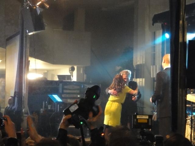 Ja kansanedustajaystäväni Jaana Pelkonen ottaa pressan vastaan lavalla yhdessä Marco Bjurströmin kanssa ja on aika kiitospuheen.