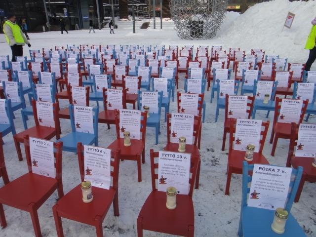 Narinkkatorilla 15.2.2012 pysäytti punaiset ja siniset lasten piskuiset tuolit. Jokaisella tuolilla oma tarinansa. Joka vuosi noin 150 lasta ja nuorta sairastuu syöpään. Iso osa paranee, mutta kynttilät kertovat, että eivät kaikki. Osanottoni kaikille.