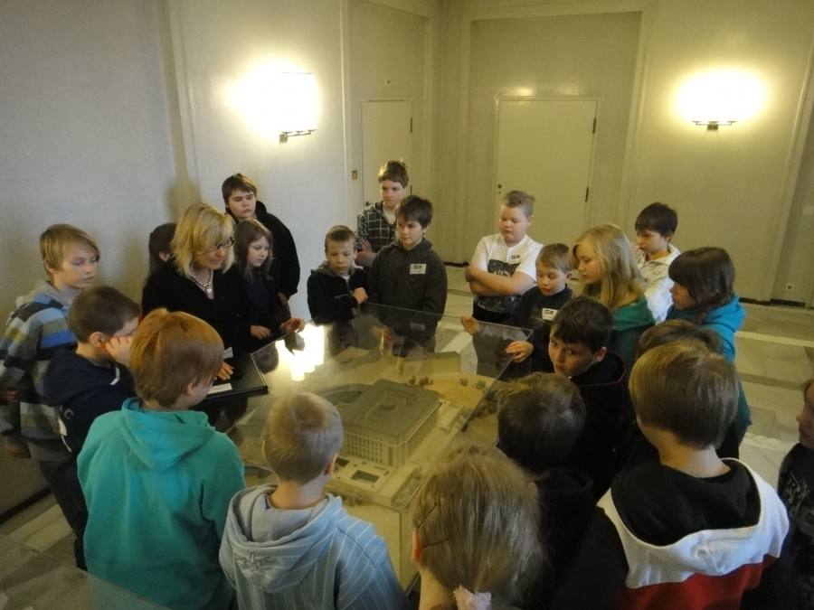 Tänään vieraita ensin aamusta Lopen Launosten koululta. Todella aktiiviset 5. ja 6. luokkalaiset opettajineen matkassa....