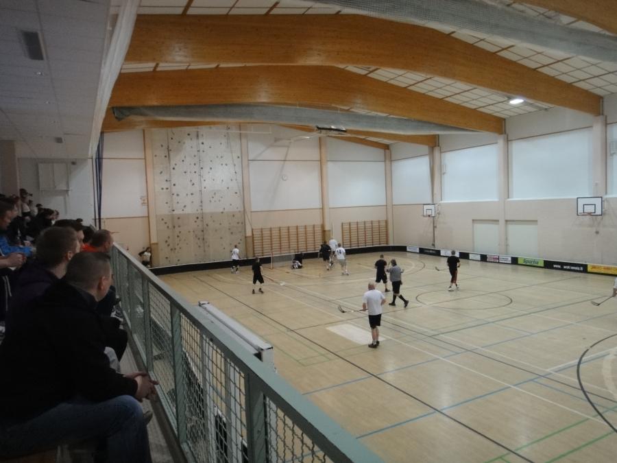 Tänään Elmolassa pelattiin Lopen salibandyherruudesta. Hienosti väkeä paikalla ja hyviä pelejä.